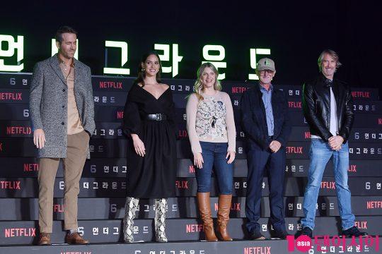배우 라이언 레이놀즈(왼쪽부터), 아드리아 아르조나, 멜라니 로랑, 이안 브라이스 프로듀서, 마이클 베이 감독