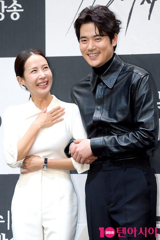 배우 조여정(왼쪽), 김강우