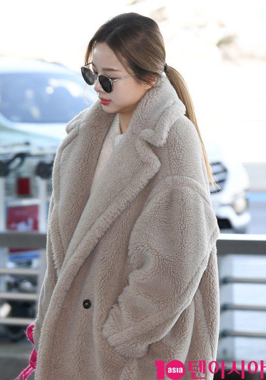 걸그룹 EXID(솔지, LE, 정화, 하니, 혜린) 솔지가 4일 오전 해외일정 참석차 인천국제공항을 통해 일본으로 출국하고 있다.