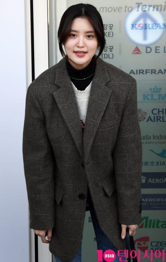 걸그룹 EXID(솔지, LE, 정화, 하니, 혜린) 정화가 4일 오전 해외일정 참석차 인천국제공항을 통해 일본으로 출국하고 있다.