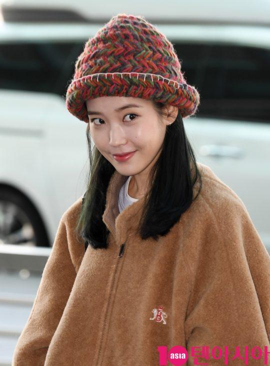 가수 아이유가 4일 오후 해외투어 참석차 인천국제공항을 통해 싱가포르로 출국하고 있다.