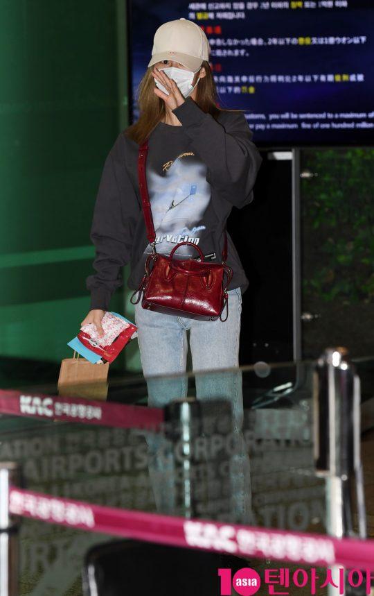 걸그룹 트와이스(나연, 정연, 모모, 사나, 지효, 미나, 다현, 채영, 쯔위) 사나가 7일 오전 일본 2집 앨범 '&TWICE'(앤드 트와이스) 발매기념 하이터치회 참석차 김포국제공항을 통해 일본으로 출국하고 있다.
