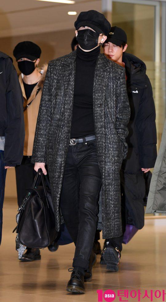 그룹 방탄소년단(BTS)(RM, 슈가, 진, 제이홉, 지민, 뷔, 정국) 슈가가 9일 오전 미국 L.A '아이하트라디오 징글볼' 공연을 마치고 인천국제공항을 통해 입국하고 있다.