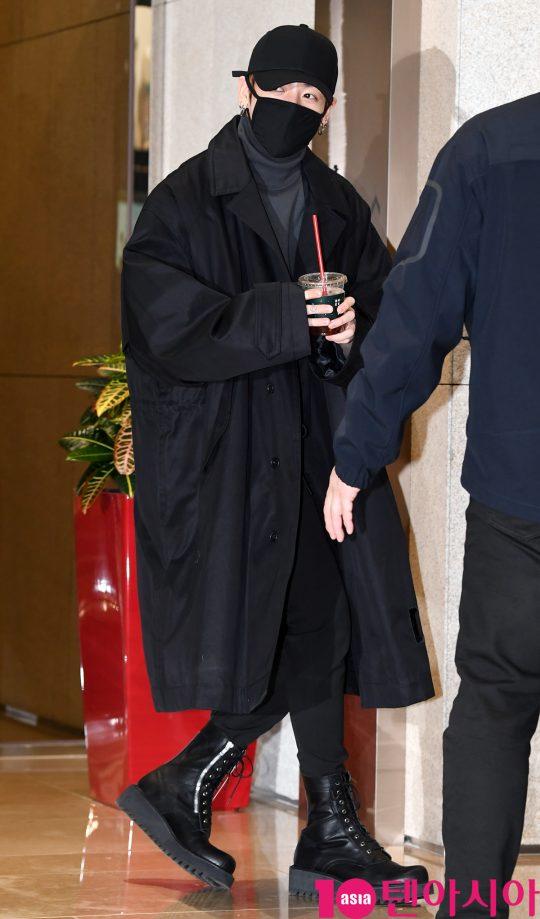 그룹 방탄소년단(BTS)(RM, 슈가, 진, 제이홉, 지민, 뷔, 정국) 정국이 13일 오후 일본 팬미팅 참석차 서울김포비지니스항공센터를 통해 일본으로 출국하고 있다.