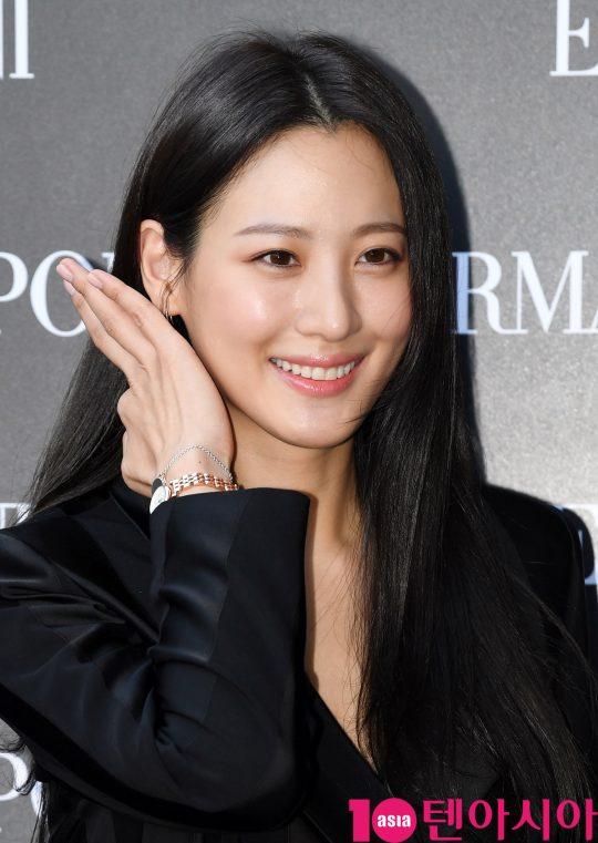 우 수현이 16일 오후 서울 반포동 한 백화점에서 열린 엠포리오 아르마니 시계, 워치 & 주얼리 로드쇼 행사에 참석하고 있다.