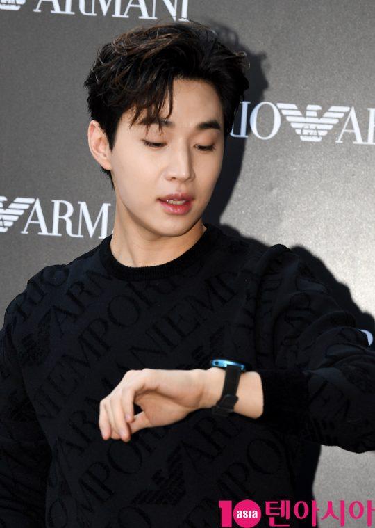 가수 헨리가 16일 오후 서울 반포동 한 백화점에서 열린 엠포리오 아르마니 시계, 워치 & 주얼리 로드쇼 행사에 참석하고 있다.