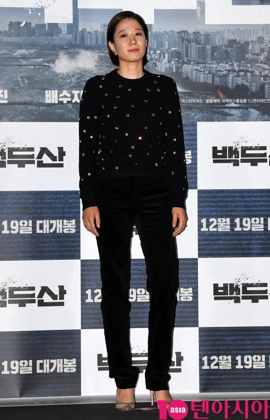 배우 전혜진이 18일 오후 서울 한강로3가 CGV 용산아이파크몰점에서 열린 영화 '백두산' 언론시사회에 참석하고 있다.