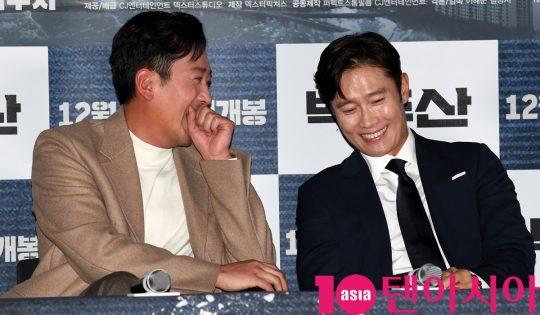배우 하정우와 이병헌이 18일 오후 서울 한강로3가 CGV 용산아이파크몰점에서 열린 영화 '백두산' 언론시사회에 참석하고 있다.