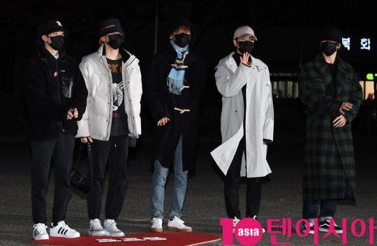 뉴이스트가 20일 오전 서울 여의도 KBS 신관 공개홀에서 열린 KBS2 '뮤직뱅크'(뮤뱅) 리허설에 참석하고 있다.