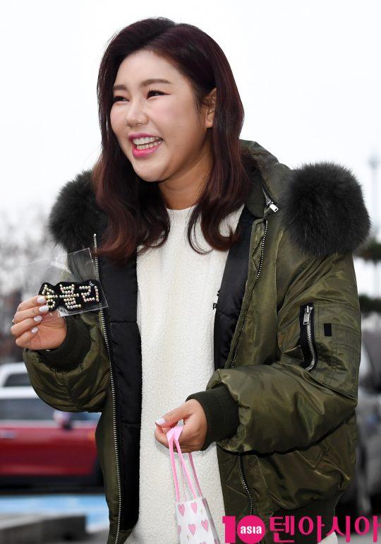 가수 송가인이 21일 오전 서울 여의도동 KBS별관에서 열리는 '해피투게더4' 녹화 출근길에 참석하고 있다.