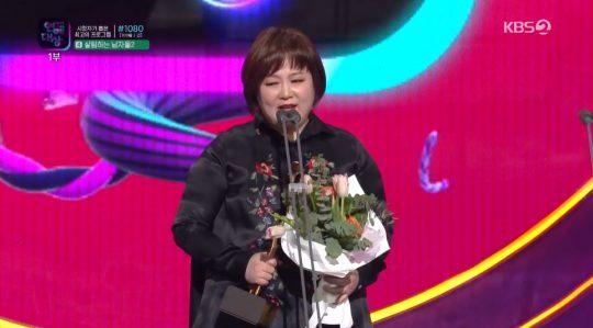 '2019 KBS 연예대상'에서 올해의 DJ상을 받은 방송인 이금희. /사진=KBS