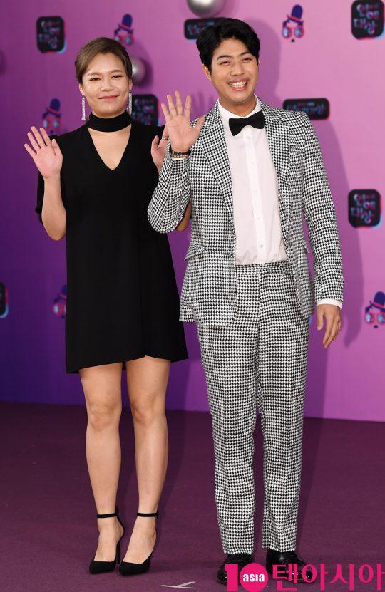 이현정과 서태훈이 21일 오후 서울 여의도동 KBS본관에서 열린 '2019 KBS 연예대상' 레드카펫 행사에 참석하고 있다.
