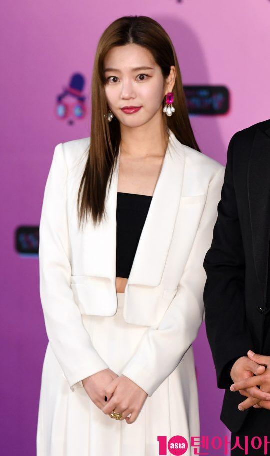 이유비가 21일 오후 서울 여의도동 KBS본관에서 열린 '2019 KBS 연예대상' 레드카펫 행사에 참석하고 있다.