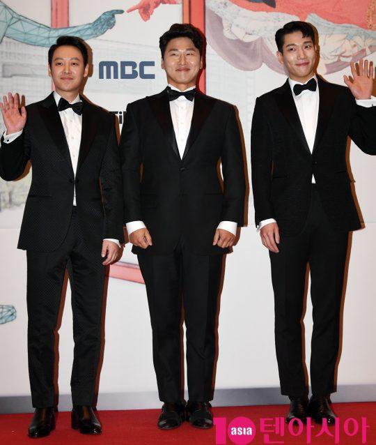 배우 김동욱,오대환,김경남(왼쪽부터)이 30일 오후 서울 상암동 MBC 미디어센터에서 열린 2019 MBC 연기대상 시상식에 참석하고 있다.
