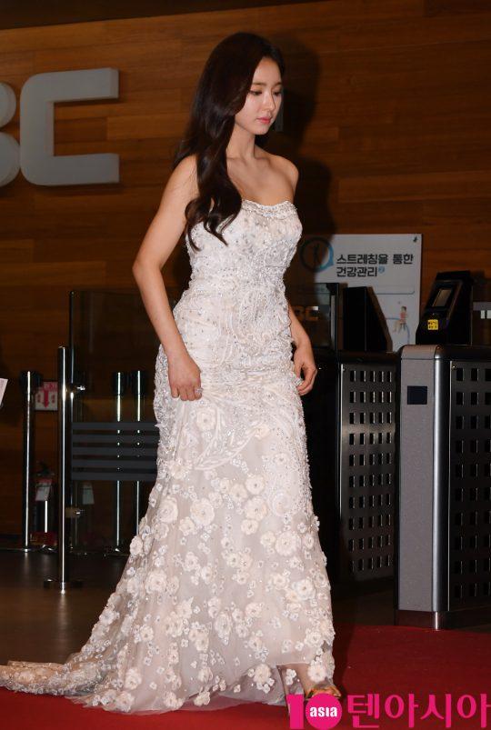 배우 신세경이 30일 오후 서울 상암동 MBC 미디어센터에서 열린 2019 MBC 연기대상 시상식에 참석하고 있다.