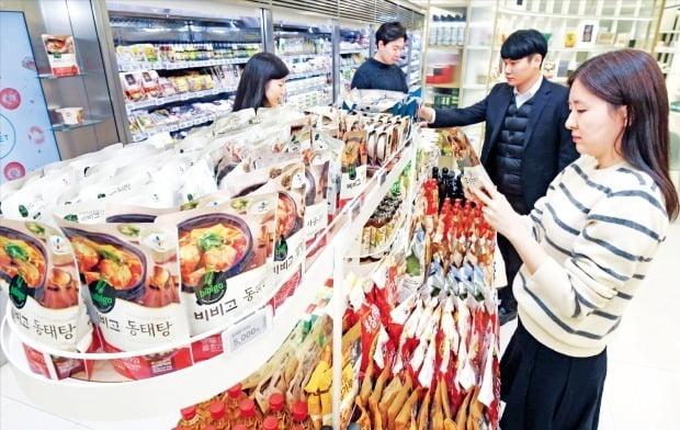 CJ제일제당 직원들이 서울 쌍림동 본사 지하에 있는 'CJ 더 마켓'에서 회사 제품을 살펴보고 있다.  김범준 기자 bjk07@hankyung.com