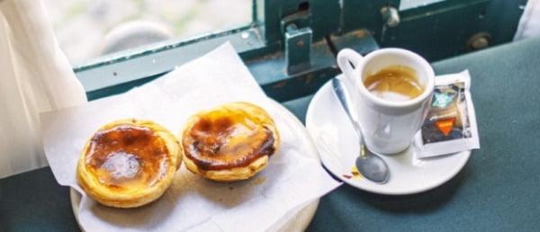 커피와 에그타르트 세트가 고작 1.4유로밖에 하지 않는다.
