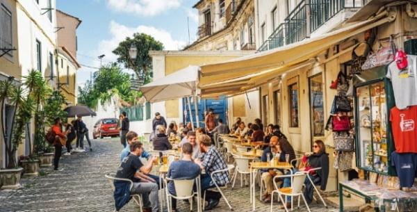 상 조르즈 성 올라가는 길의 노천 카페. 에그타르트에 커피 한 잔으로 리스본의 낭만을 즐겨보자.