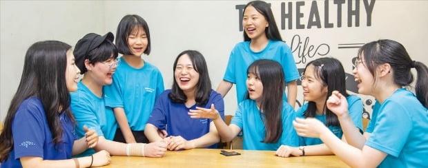 '2019 삼성드림클래스 여름캠프'에 참가한 중학생들이 지난 8월 인천 연세대 국제캠퍼스에서 대학생 멘토와 대화하고 있다. 삼성  제공