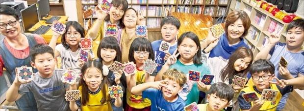포스코의 사회공헌활동인 '1% 나눔 아트스쿨'에 참여한 아이들이 포항 인애지역아동센터에서 직접 만든 작품을 선보이고 있다. 포스코  제공