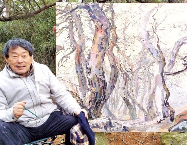 '소나무 작가' 김상원 화백이 경주 산릉 숲속에서 캔버스를 세워놓고 작업하고 있다.