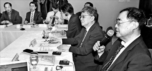다케모리 슘페이 일본 게이오대 경제학과 교수(오른쪽)가 지난달 29일 고려대 BK21 플러스와 지속발전연구소가 공동주최한 한·일 경제학자 워크숍에서 발표하고 있다.  /김범준 기자 bjk07@hankyung.com