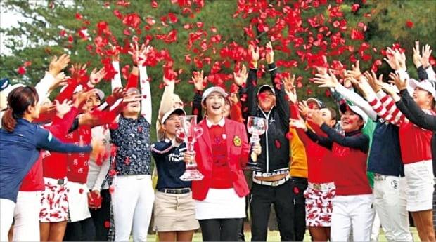 배선우(가운데 빨간 상의)가 일본여자프로골프(JLPGA)투어 2019시즌 최종전 리코컵에서 우승을 확정한 뒤 동료 선수들로부터 축하 꽃 세례를 받고 있다. /JLPGA투어 홈페이지 캡처
