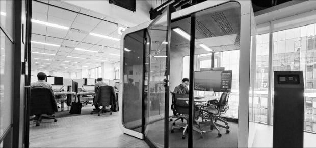 한국씨티은행은 서울 문래동 본사를 최첨단 스마트오피스로 꾸몄다. 독립 회의 공간 '허들팟'은 방음과 공기 청정 시설, 직원의 PC와 연동되는 클라우드 시스템 등이 특징이다. 한국씨티은행  제공