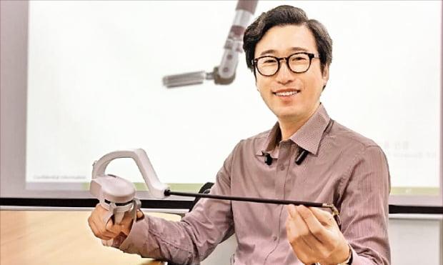 이정주 리브스메드 대표가 2일 성남시 야탑동 사무실에서 복강경수술기기 '아티센셜'을 들고 제품의 기능을 설명하고 있다.