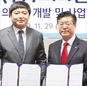 김진환 휴메딕스 대표(오른쪽)와 박상협 우리비앤비 대표가 협약을 체결했다.  /휴메딕스 제공