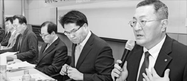 한국회계학회가 2일 서울 여의도 전경련회관에서 개최한 포럼에서 참석자들이 토론하고 있다. 강은구 기자 egkang@hankyung.com