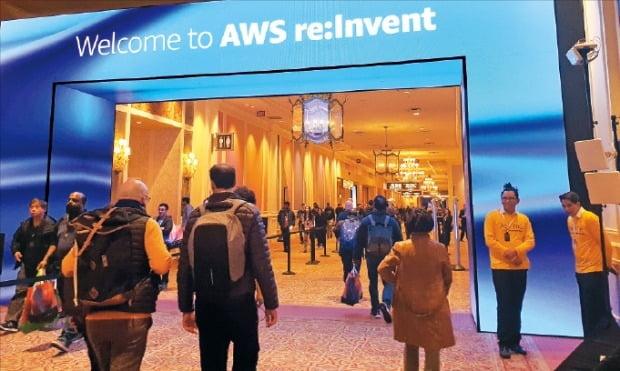 AWS가 2일(현지시간) 미국 라스베이거스에서 연례 콘퍼런스 'AWS 리인벤트(re:Invent) 2019'를 개최했다. 세계 각국에서 모인 개발자들이 행사장으로 들어서고 있다. /김남영 기자