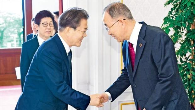 문재인 대통령이 3일 청와대에서 열린 국가기후환경회의 오찬에서 반기문 위원장과 인사하고 있다.  /허문찬  기자  sweat@hankyung.com