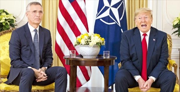 < NATO 사무총장 만난 트럼프 >  도널드 트럼프 미국 대통령(오른쪽)은 3일 영국 런던에서 옌스 스톨텐베르그 북대서양조약기구(NATO) 사무총장과 만나 NATO 방위금 분담금 문제 등을 논의했다.  /AP연합뉴스