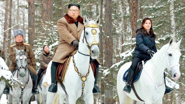 김정은 북한 국무위원장(앞줄 왼쪽)이 부인 이설주(오른쪽), 군 간부들과 함께 군마를 타고 백두산에 올랐다고 조선중앙통신이 4일 보도했다.  조선중앙통신