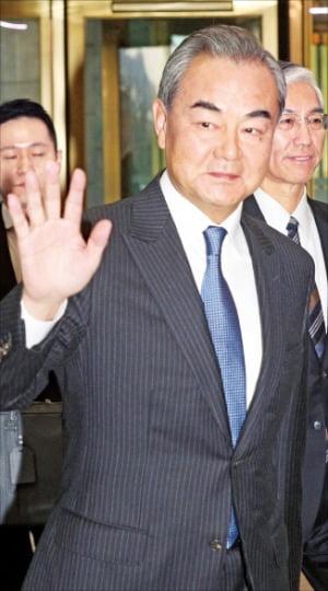 """5년여 만에 한국 찾은 왕이 """"패권주의가 국제질서 해쳐"""""""