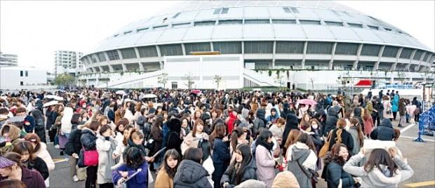 일본 K팝 팬들이 4일 2019 엠넷 아시안 뮤직 어워즈(MAMA)가 열린 일본 아이치현 나고야돔으로 향하고 있다.  연합뉴스