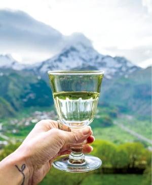 룸스호텔 테라스는 조지아 와인을 마시며 카즈벡 산의 풍경을 감상할 수 있는 장소 중 하나다.