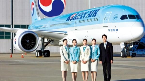 대한항공 승무원들이 인천국제공항 격납고 앞에서 차세대 기종인 '보잉 787-9' 항공기를 배경으로 기념촬영하고 있다.  대한항공 제공