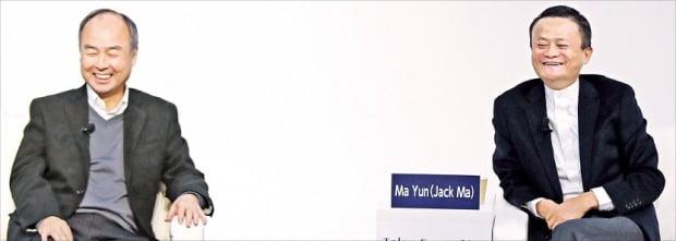 손정의 소프트뱅크그룹 회장(왼쪽)과 마윈 알리바바그룹 창업자가 6일 일본 도쿄대 야스다강당에서 열린 '도쿄포럼 2019'에서 대담하고 있다.  /SK그룹 제공