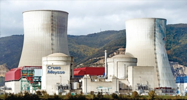유럽연합(EU)은 온실가스 감축 목표를 달성하기 위해 원자력발전 비중을 낮추겠다는 기존 방침을 바꿔 유지하기로 했다. 사진은 프랑스 남동부 마르세유 인근에서 가동 중인 크뤼아 메이스 원전.   한경DB