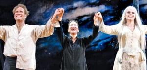 김은선 지휘자(가운데)가 지난 6월 미국 샌프란시스코 오페라극장에서 '루살카' 공연 직후 관객들에게 인사하고 있다.
