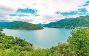트빌리시에서 카즈베기로 가는 길목에 있는 진발리 호수.