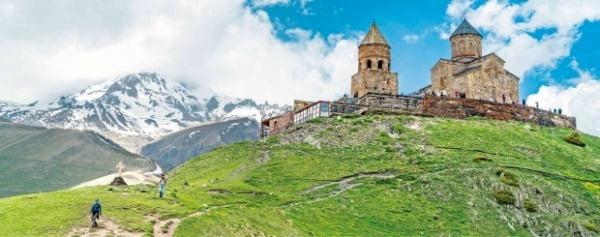 해발 2170m에 있는 게르게티 성 삼위일체 성당은 14세기에 지어진 건축물로 카즈베기의 상징으로 손꼽힌다.