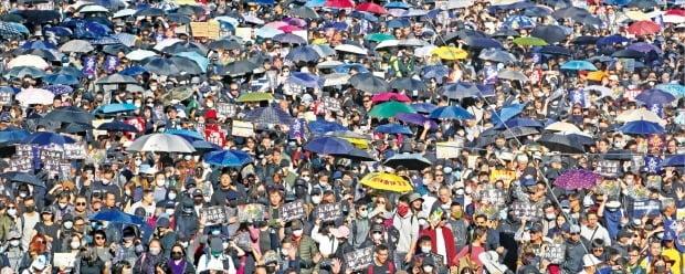 홍콩 시민 80만여 명이 8일 홍콩 중심가이자 홍콩 시위의 상징적 장소인 코즈웨이베이 빅토리아공원에서 시위를 벌였다. 많은 홍콩 시민들이 2014년 우산혁명을 되새기며 우산을 다시 들고 나왔다. 홍콩 시민들은 또 다섯 개의 손가락을 펴며 행정장관 직선제 등 다섯 가지 요구를 외쳤다.   /연합뉴스
