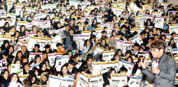 입시교육업체 이투스교육이 8일 서울 역삼동 진선여고 회당기념관에서 수험생과 학부모들에게 대입 정시 지원 전략을 설명하는 '2020학년도 최종 지원 전략 설명회'를 열었다. 김병진 이투스 교육평가연구소장(오른쪽 아래)이 대입 전략을 설명하고 있다.   /허문찬 기자 sweat@hankyung.com