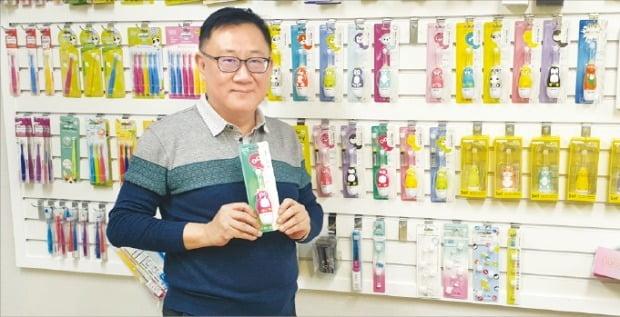 손재훈 원스타인터내셔널 대표가 음파 전동칫솔 메가텐에 대해 설명하고 있다. /나수지 기자