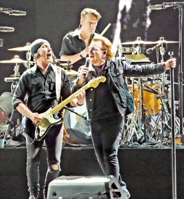 아일랜드 출신 세계적인 록밴드 U2가 8일 서울 고척스카이돔에서 첫 내한공연을 펼치고 있다.   /연합뉴스