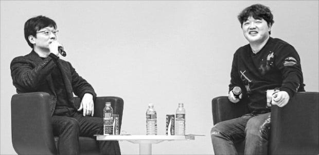 권혁빈 스마일게이트 이사회 의장(왼쪽)이 10일 전북대에서 열린 오렌지팜 전주센터 개소 기념 창업경진대회에서 김태훈 레이니스트 대표와 얘기하고 있다.  /스마일게이트 제공