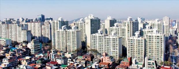 청약대기자 증가, 보유세 부담 전가, 신규 입주물량 감소 등의 영향으로 인기 주거지역 전셋값이 급등하고 있다. 지난주 아파트 전셋값이 0.22% 급등한 서울 삼성동 일대.   한경DB